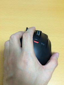 人差し指は左クリックボタンの上